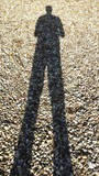Schatten eines Mannes auf einem Kiesbett - 176772019