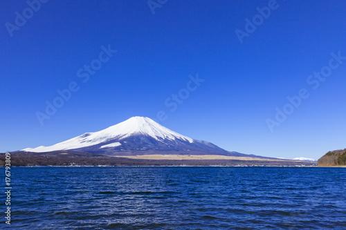 Papiers peints Bleu fonce 冬の富士山と南アルプス連峰、山梨県山中湖にて
