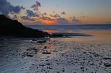 Sonnenuntergang am Strand von Trez Rouz bei Camaret-sur-Mer, Crozon-Halbinsel, Finistere, Bretagne, Frankreich - 176831225