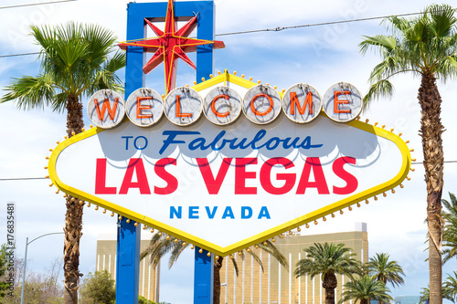 In de dag Las Vegas Welcome to Fabulous Las Vegas, Nevada sign with palm trees.