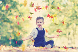 fröhlicher Junge im Park - Herbstlaub werfen - 176837683