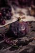 Herbststillleben mit Feigen und Trauben in lila/rot
