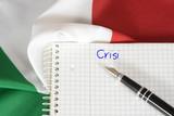 Flagge von Italien und ein Heft mit dem italienischen Wort für Krise - 176856602