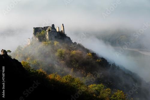 Burgruine Dürnstein im Herbstnebellicht Poster