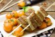 Bratwurst-Spieße auf Papayasalat
