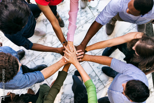 Obszar roboczy: zespół różnorodnych pracowników Połącz ręce