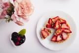 tarta de frutillas con pistacho - 176929296