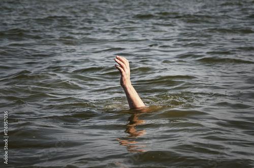 Póster Человек тонет в реке.