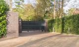 Einfahrt eines Grundstücks mit einem Tor in anthrazit - 176965070