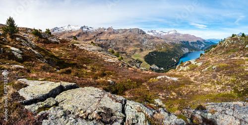 Foto op Plexiglas Bergen Marmorera und Bergkulisse im Graubünden, Schweiz