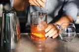 Barkeeper bereitet einen Cocktail vor - 177055279