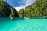 Piękny kryształ - jasna woda przy Pileh zatoką przy Phi Phi wyspą blisko Phuket, Tajlandia