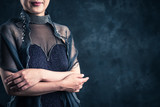 ドレスを着ている女性 暗い背景