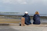 Couple assis bord océan - 177118239