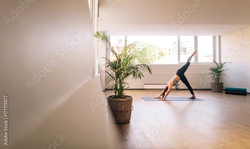 Papiers peints Ecole de Yoga Fitness woman practising yoga indoors
