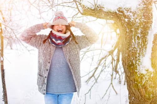 Fotobehang Wit Frau im Schnee Spaß