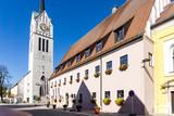Rathaus und Kirche in Neustadt an der Donau