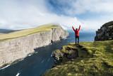 libre liberté paysage randonnée trek trekking falaise grand ile féréo faroe island océan homme petit élément nature - 177197668