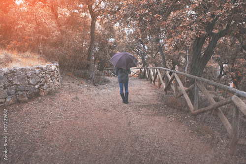 Papiers peints Cappuccino Woman walks in the autumn rain