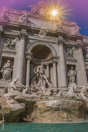 Romantica vista della fontana di Trevi al tramonto a Roma Poster