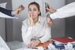 Giovane manager in un momento di stress in ufficio
