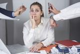 Giovane manager in un momento di stress in ufficio - 177258233