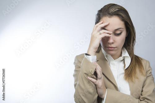 Giovane ragazza in abito elegante si ferma per riflettere Poster