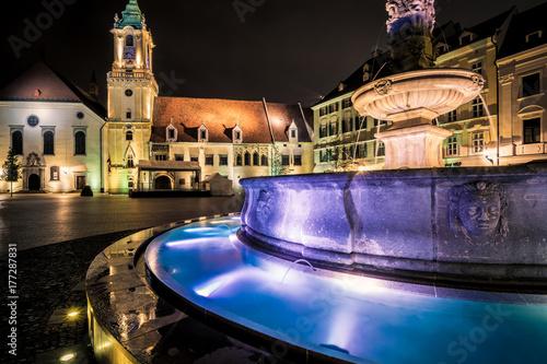 Maximiliansbrunnen in der slowakischen Hauptstadt Bratislava bei Nacht Poster