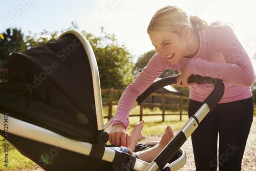 Macierzysty ćwiczyć biegać Podczas gdy Pchający dziecko powozika
