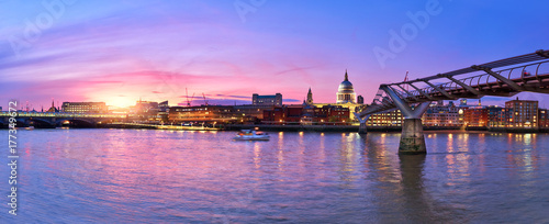 Papiers peints Londres Illuminated London, view over Thames river from South Bank Ennbankment at sunset