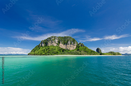 Fotobehang Tropical strand Beautiful sunny day at Koh Khai & Koh Porda of Krabi province in Thailand