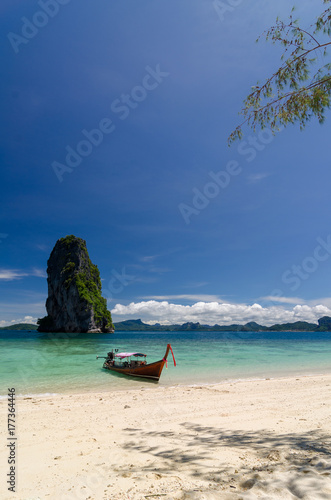 Papiers peints Tropical plage Beautiful sunny day at Koh Porda in Krabi, Thailand