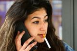 Jeune femme en train de fumer et téléphoner - 177370047