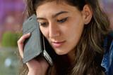 Jeune femme en train de téléphoner avec un smartphone - 177370086