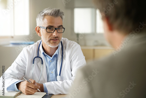 Papiers peints Kiev Doctor talking to patient in office