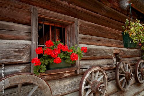 Altes traditionelles Bauernhaus mit Blumenschmuck