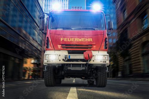 Straż pożarna przejeżdża przez duże miasto