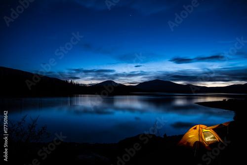Fotobehang Canada Beleuchtetes Zelt im Sonnenuntergang