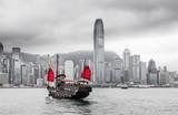 Hong Kong Skyline und Schiff mit roten Segeln - 177539893