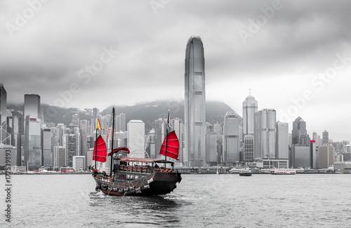 Hong Kong Skyline und Schiff mit roten Segeln Poster