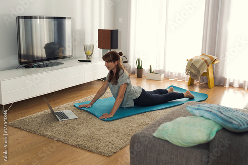 Papiers peints Ecole de Yoga Doing exercise at home