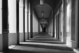 Klassischer Säulengang in schwarzweiß - 177543419