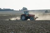 Tracteur de labour et de moisson dans un champ de terre - 177623833