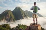 Wanderer auf einem Gipfel über den Wolken