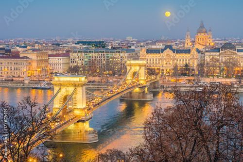 Papiers peints Ponts The Szechenyi Chain Bridge in Budapest, Hungary.