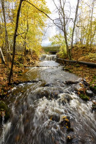 Papiers peints Rivière de la forêt Waterfall from ravine in autumn, long exposure