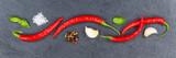 Rote scharfe Peperoni Pfeffer kochen Zutaten Banner Schiefertafel Hintergrund von oben - 177687853