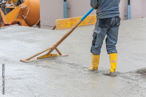 wyrównywanie świeżego betonu na placu budowy