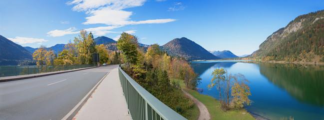Sylvensteinbrücke mit Blick auf den Speichersee im Herbst