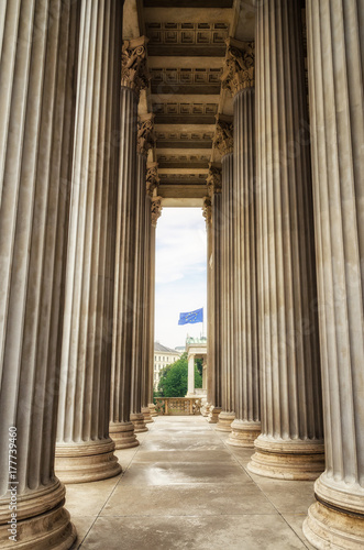 Papiers peints Vienne Columns / Between the columns of the Neoclassical temple of parliament government in Vienna, Austria